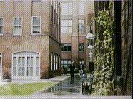 В серии Побег Эрик подходит к Никите, когда она идет по этому внутреннему двору.